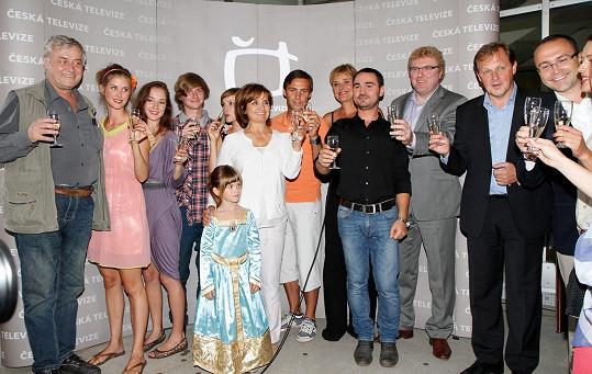 Eliška (třetí zleva) s kolegy ze seriálu Vyprávěj
