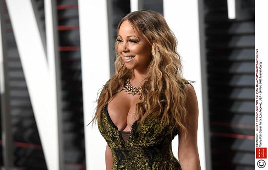 Mariah Carey skřípla svá prsa.