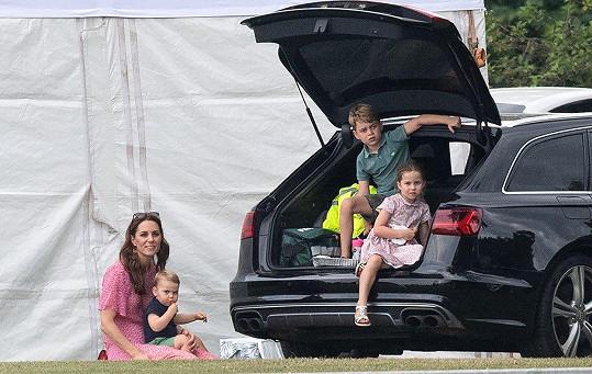 Kate se všemi dětmi, nejstarším Georgem, prostřední Charlotte i malým Louisem.