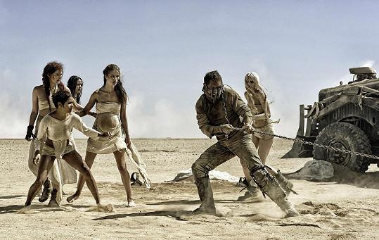 Riley Keough (zcela vlevo) v dramatické scéně z filmu Šílený Max: Zběsilá cesta