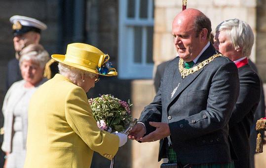 Alžběta II. zvolila slušivý žlutý kostýmek.
