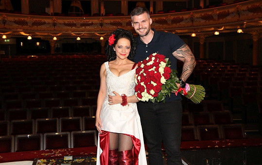 A tady už své lásce pogratuloval s pugétem růží.