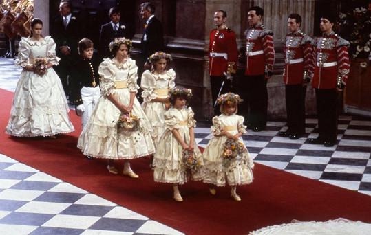 India Hicks (ve druhé řadě vlevo) byla jednou z družiček na svatbě Lady Di a prince Charlese, jenž je jejím kmotrem.