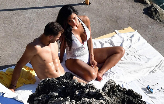 Pár si užívá dovolenou na Capri.