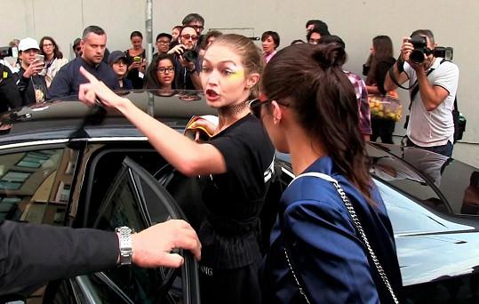 Gigi posléze vynadala muži čekajícímu u auta.