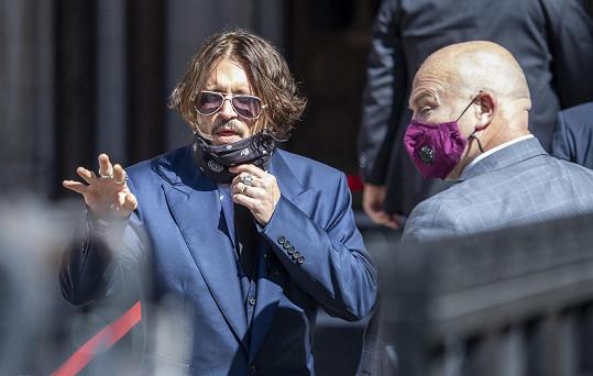 Johnny Depp se soudí s britským vydavatelstvím, kde vychází deník The Sun, který ho označil za mlátiče žen.