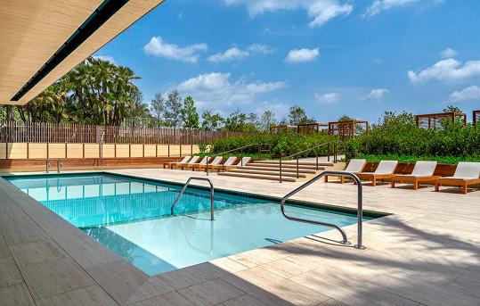 Rezidenti mají k dispozici vnitřní i venkovní bazén.