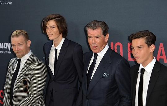 Zleva: Sean Brosnan, Dylan Brosnan, Pierce Brosnan a nejmladší Paris Brosnan