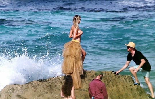 K útesu, na němž modelka stála, se ale nenápadně přiblížila vlna. Tohle dobře nevypadá.