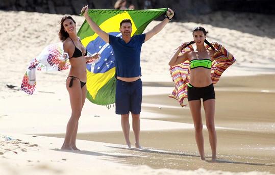 Dvojice brazilských modelek s moderátorem Ryanem Seacrestem