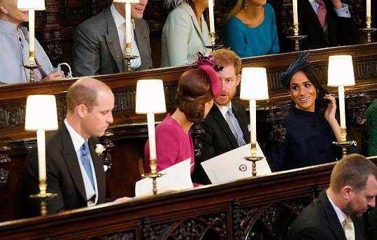 Z druhé strany v lavici zasedli vedle Kate a Williama, rodičů George, Charlotte a Louise.