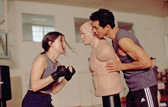 Při bojové scéně s kolegou Benjaminem Brattem ho herečka omylem nakopla do rozkroku.