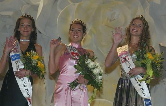 Téměř dvacetiletá Agáta Hanychová skončila na třetím místě v soutěži krásy Miss ČR 2005. Tehdy vyhrála vnadná Lucie Králová (uprostřed), druhou Petru Macháčkovou (vpravo) dnes nikdo nezná.