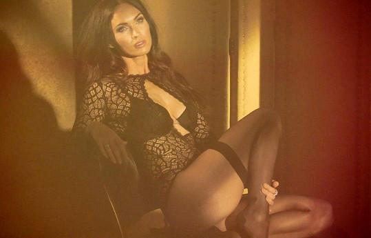 Megan Fox je v této reklamě na dámské spodní prádlo prostě úchvatná.