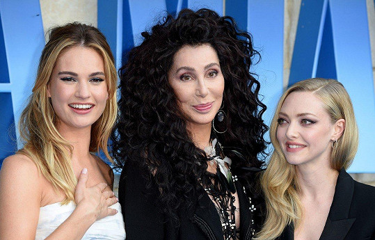 Zleva: Lily James, Cher a Amanda Seyfried
