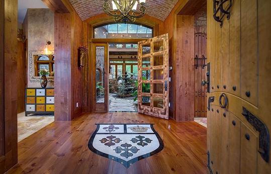 Interiéry jsou vyvedené ve dřevě, nechybí motivy erbů.