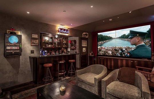 Bar je skoro v každé místnosti.