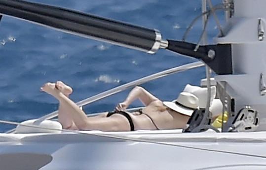 Rebel Wilson si užívá dovolenou u italského pobřeží.