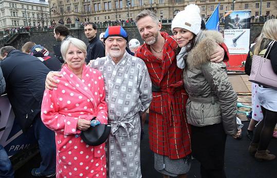 Jiří Langmajer s rodiči a partnerkou Adélou Gondíkovou