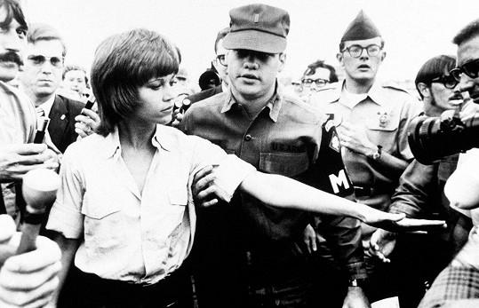 Bývala a stále platí za vášnivou aktivistku. Tady protestovala proti válce ve Vietnamu.