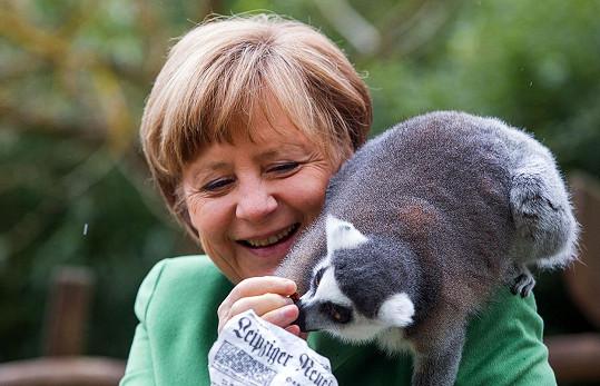 Zvířata má ráda. Takto laškovala s lemurem.