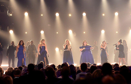 Mickey Guyton, Lauren Alaina, Carrie Underwood, Chrissy Metz, Maddie Marlow a Tae Dye (zleva)