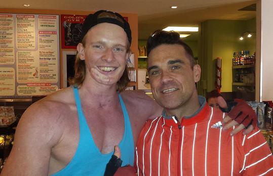 V boji mladíka podporoval i zpěvák Robbie Williams.