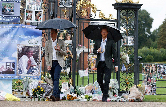 Princové před branou Kensingtonského paláce