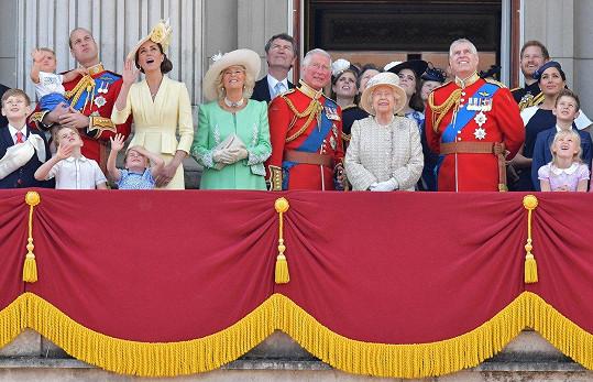 Na přehlídku Trooping the Colour konanou na počest narozenin královny Alžběty II., se schází široká rodina. Z balkonu Buckinghamu pak pozdraví lid.