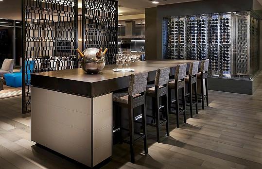 Mezi jídelnou a kuchyní se nachází chladič až na tisícovku lahví vín.