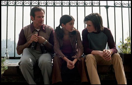 Ve filmu Nezapomenutelné dětství si zahrála se svým tatínkem a Antonem Yelchinem. Oba jsou již po smrti.
