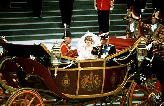 Charles a Diana po obřadu, nadšené davy se jich nemohly nabažit.