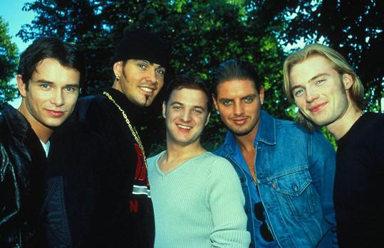 Boyzone v 90. letech s tragicky zesnulým členem Stephenem Gatelym (úplně vlevo)