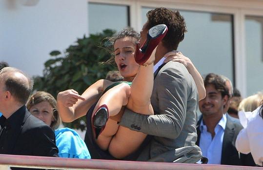 Francouzská herečka Zoe Felix se ráda nechá nosit na rukou.