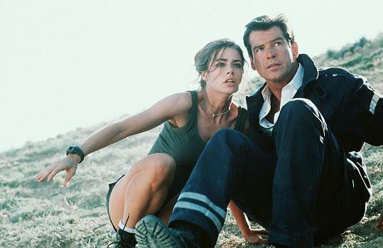 Denise Richards s Piercem Brosnanem ve filmu Jeden svět nestačí (1999)