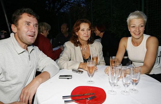 Aleš Procházka s kolegyněmi Zlatou Adamovskou a Janou Malou na snímku z dob natáčení seriálu.