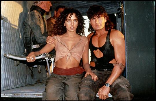 Valeria Golino a Charlie Sheen ve filmu Žhavé výstřely.