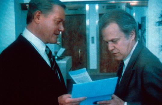 Kercheval (vpravo) se svým seriálovým nepřítelem J.R. Ewingem v podání Larryho Hagmana.