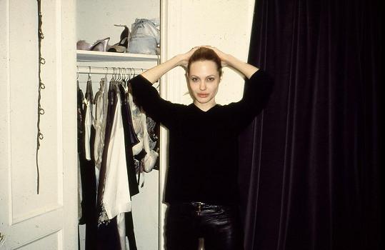 Angelině Jolie zde bylo něco přes dvacet.