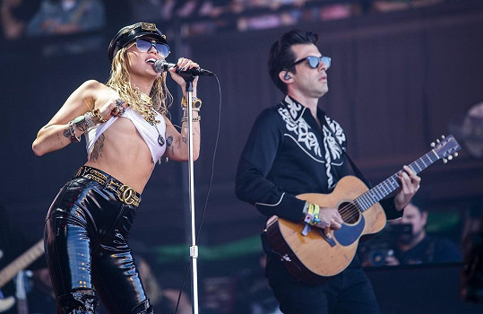 Při koncertě s Miley Cyrus
