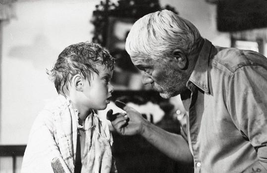Rudolf Deyl mladší (vpravo) zemřel na infarkt během natáčení pohádky Šíleně smutná princezna (1968). Tady je o dva roky dříve ve filmu Dědeček, Kyliján a já (1966).