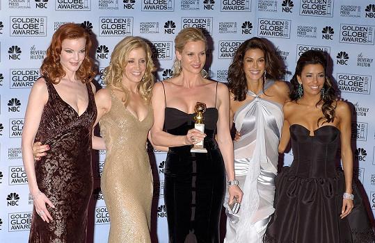 Nicollette (uprostřed) s ostatními 'zoufalými manželkami' Marciou Cross, Felicity Huffman, Teri Hatcher a Evou Longoriou na Zlatých glóbech v roce 2005