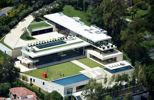 Dům stojí v luxusní čtvrti Los Angeles Bel Air a Beyoncé s manželem za něj nabízejí 120 miliónů dolarů.