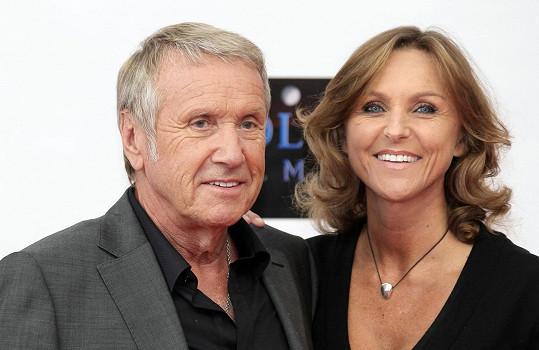 Yves Rénier s manželkou Karine, která světu oznámila smutnou zprávu, že její manžel zemřel v 78 letech na infarkt.