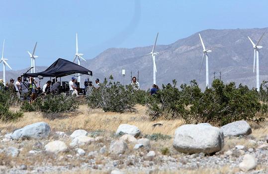 Filmování probíhá u větrné elektrárny v Palm Desert.