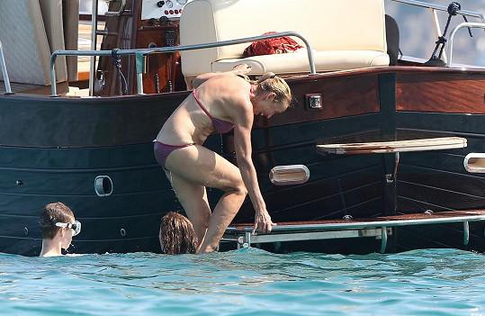 Bývalá modelka si v pondělí na jachtě užila spoustu legrace.