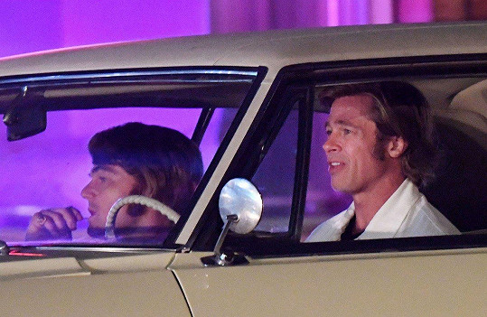 Leonardo DiCaprio (vlevo) a Brad Pitt v retro parukách