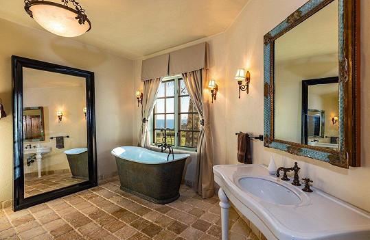 Jedna z pěti honosných koupelen.