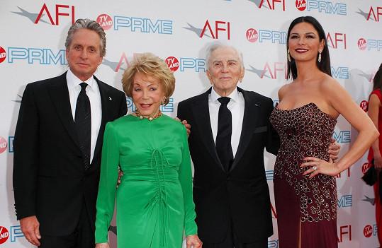 Kirk Douglas s manželkou Anne, synem Michaelem a snachou Catherine Zeta-Jones (2009)