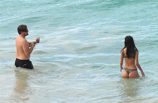 Za přítelkyní lezl do moře i s foťákem.